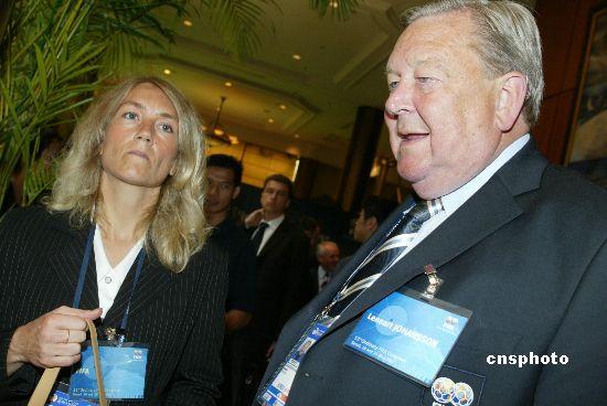 资料图:时任欧足联主席的约翰松(右)。