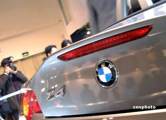 12月9日上海国际展览中心和世贸商城同时举行的2002上海国际汽车与汽车新技术新产品展览会上,宝马公司在众多观众的注视下,第一次撩开了BMWZ4敞篷跑车神秘的面纱。Z4采用全新设计的软顶,成为世界上第一款可选装全自动顶篷的跑车。据透露,BMWZ4明年春节后就可投放上海市场。