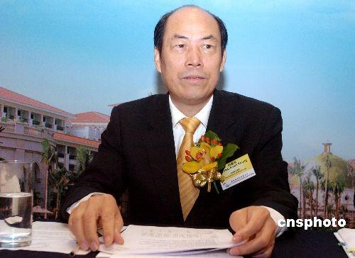 三月十八日,碧桂园控股有限公司在香港公布二零零七年全年业绩,集团盈利增长一点七倍,总收入达一百七十七点三五亿元人民币,主要由于物业销售增加,期内毛利率增加至百分之三十九点六。图为碧桂园控股主席杨国强出席业绩发布会。