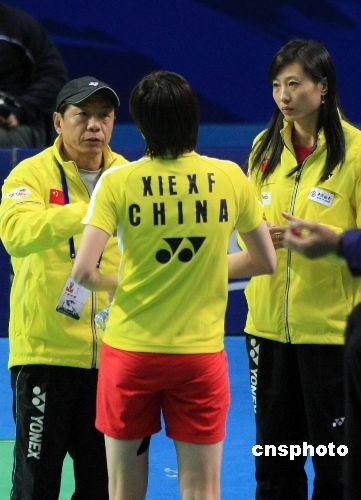 在上海举行的2008年中国羽毛球公开赛展开正赛首轮争夺,中国羽坛老将、北京奥运会女单冠军张宁(图右),上任国家队女单教练后首次亮相赛场督战,格外引人关注。