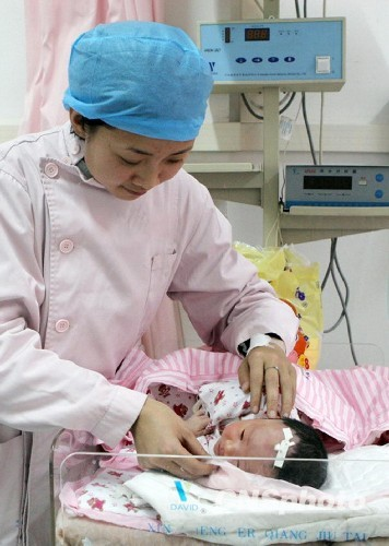 资料图:图为重庆万州区三峡中心医院护士在看护剖腹产儿。