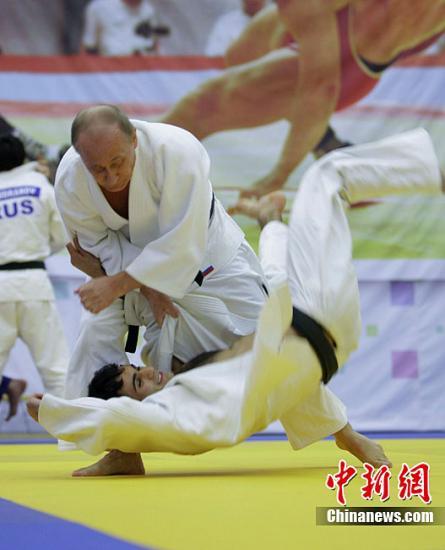 当地时间12月22日,俄罗斯总理普京来到圣彼得堡视察了一家柔道俱乐部,并参加了该俱乐部内的一堂柔道训练课。图为普京正在与运动员切磋柔道。