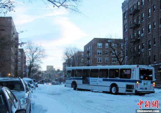 资料图:图为雪后纽约皇后区一辆熄火的公共汽车令街道交通中断。<a target='_blank' href='http://www.chinanews.com/'><p  align=