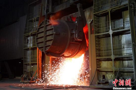 资料图:图为首钢北京石景山厂区炼最后一炉钢。 中新社记者 富田 摄