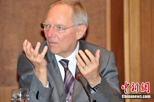 德国财政部长朔伊布勒13日在面对此间外国媒体的联合采访时,谈到中国购买西班牙国债以及准备继续购买欧洲债券的问题,二零一六年买马资条,增道人免费资料大全,表示中国的举动是对欧洲的信任,香港会员六肖,新白姐弟的网站资料,德国带着尊敬的眼光关注着中国的发展。中新社发 黄霜红 摄