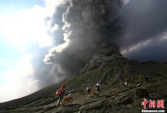 资料图:印尼布罗莫火山喷发。