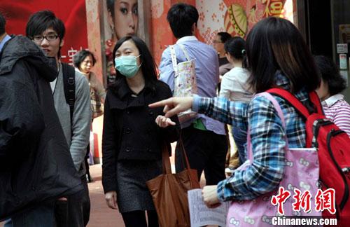 资料图:香港不少市民佩戴口罩外出预防流感。<a target='_blank' href='http://www.chinanews.com/'>中新社</a>发 洪少葵 摄
