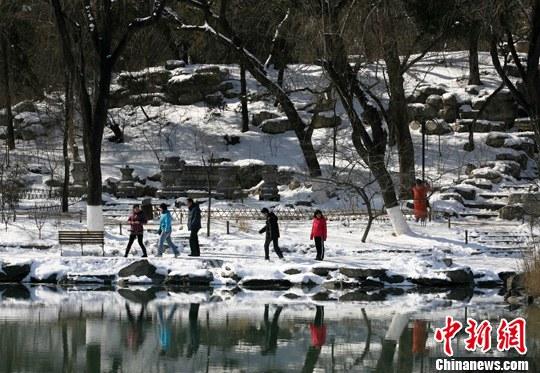 近日,连续的降雪给北京大学披上银装,昔日的皇家园林燕园里一片迷人雪景,吸引不少游人前来踏雪览胜。记者 苏丹 摄
