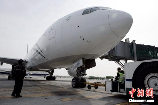 2011年2月24日,我国首批派遣至新西兰的救援队由北京首都国际机场启程,乘新西兰航空公司航班赶赴新西兰,救援队由一名地震专家、两名力学专家及七名救援队员组成,携带生命雷达和生命探测仪等轻型救援设备。图为新西兰航空公司飞机做起飞前的准备。荆雷 摄 图片来源:CFP视觉中国