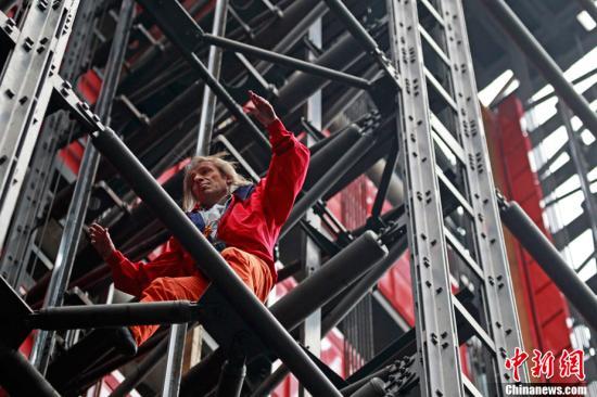 """资料图:2011年3月17日,法国巴黎,有""""蜘蛛人""""之称的法国攀爬好手阿兰·罗伯特在20分钟内成功爬上了巴黎蓬皮杜艺术中心。"""