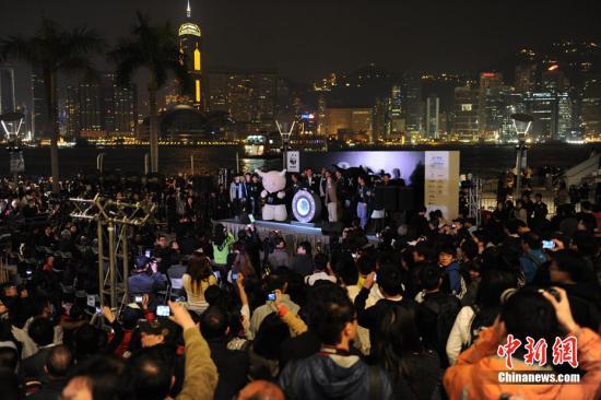 """资料图:为推广低碳生活,香港参与""""熄灯一小时""""活动。中新社</a>发 郑祚声 摄"""