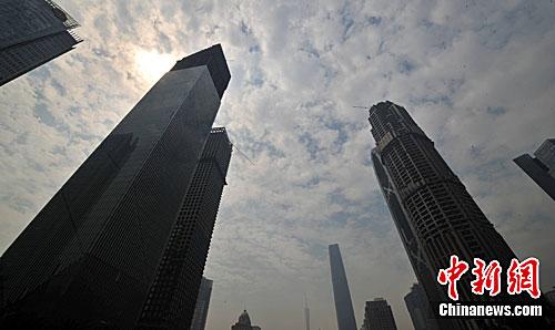 3月31日上午,广州珠江新城的超高建筑群正在紧张施工中。广州市国土房管局昨日公布,今年将供应3.37平方公里、共35幅商品住宅用地,其总供应量略高于前两年实际商品住宅用地供应量的3.16平方公里。<a target='_blank' href='http://www.chinanews.com/' _fcksavedurl='http://www.chinanews.com/'>中新社</a>发 柯小军 摄