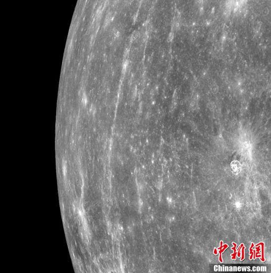 """3月29日,美国宇航局""""信使号""""探测器入轨后拍摄的首张图像公布。这张历史性的图像拍摄于美国东部时间29日5:20(北京时间18:20),由先期开机的水星双重成像设备(MDIS)采用广角模式拍摄。美国宇航局的""""信使""""号水星探测器在2004年8月3日搭乘火箭在佛罗里达州肯尼迪航天中心点火升空,计划耗时6年半,飞行79亿公里的征程,这也是30年来人类探测器第一次对水星进行全面的环绕探测。""""信使号""""于3月17日北京时间3月18日顺利进入水星轨道,从而成为有史以来首个人造水星卫星。"""