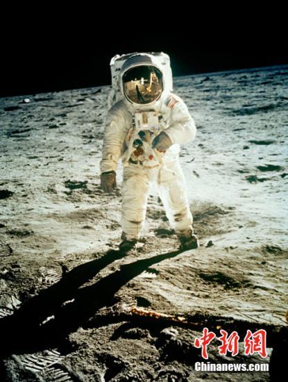 """资料图:1969年7月21日11点56分20秒。这是人类探索太空的里程碑。美国宇航员阿姆斯特朗走下阶梯,登上了月球。""""这一小步,对一个人来说,是小小的一步;对整个人类来说,是巨大的飞跃。"""""""