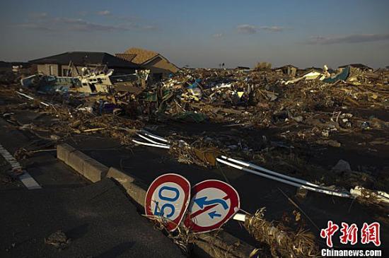 2011年4月12日,日本福岛距核电站约6千米处隔绝区内的荒凉景象。当日日本将福岛第一核电站事变等级前进到最高级7级。图片前导发轫:CFP视觉中国