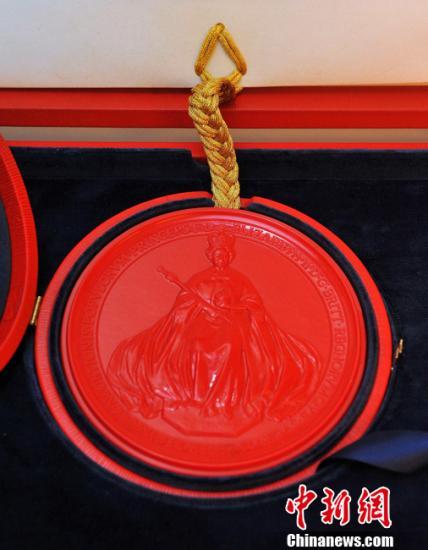 """当地时间4月21日,英国女王官方同意威廉王子迎娶凯特-米德尔顿的官方文书发布。这份由女王亲笔签署、用花体字誊抄的详尽准许通告,正式宣布同意""""我们最为至爱的皇孙威尔士王子、嘉德骑士威廉-亚瑟-菲利普-路易斯,和我们信任的深受喜爱的凯瑟琳-伊丽莎白-米德尔顿结为连理""""。"""