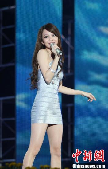 图为张韶涵一可爱身银白色连身超短裙造型亮相。 银雪 摄