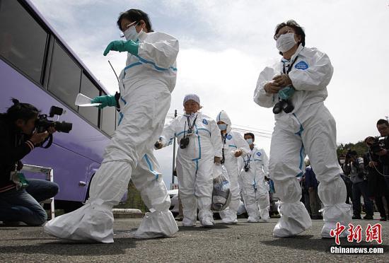 5月10日,约100名家住福岛第一核电站方圆20公里警戒区内的福岛县川内村居民,临时返家进入了警戒区。这是被指定警戒区域内9个市町村中的首次临时返家,居民在家可停留约2小时,允许带出的物品限定为可装入一个长宽约70公分口袋里的量。