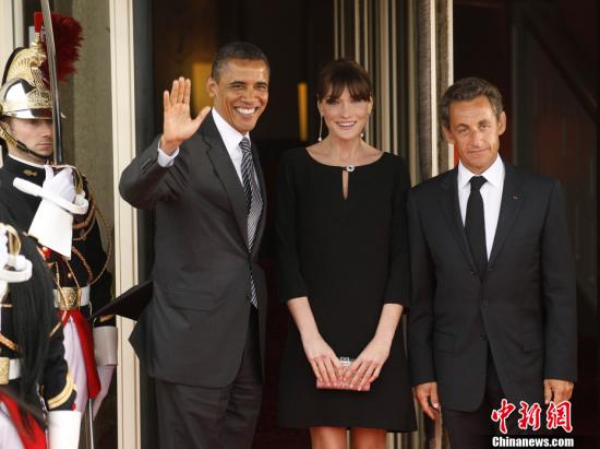 2011年5月26日,法国多维尔,参加G8峰会的各国领导人一同出席工作晚宴。图为美国总统奥巴马、法国总统萨科齐及夫人一同出席晚宴。