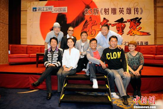 """""""依稀往夢似曾見,心中波瀾現……""""1983年版《射雕英雄傳》主演2011年在浙江杭州重聚,這也是28年來該劇的主創人員首次聚首。趙智明 攝"""
