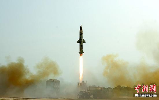 """印度国防部官员表示,印度6月9日试射了一枚能携带核弹头的地对地""""大地""""导弹。这枚射程为350公里的导弹是在印度东部奥里萨邦的孟加拉湾昌迪普尔试验场发射的。"""