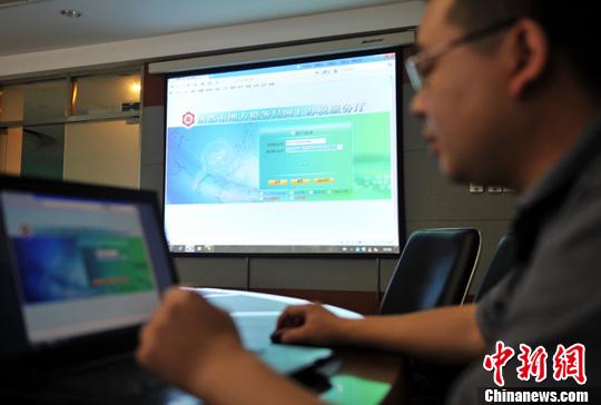 7月6日,成都市地方税务局纳税人网上领购发票正式启动。图为工作人员正在介绍网上购发票流程。<a target='_blank' href='http://www.chinanews.com/'>中新社</a>发 刘忠俊 摄