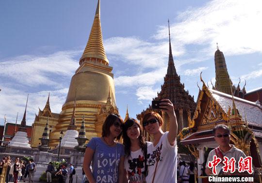 资料图:泰国首都曼谷的著名景点大皇宫以及玉佛寺内游人爆满,来自世界各地的游客在曼谷各大景点游览观光。<a target='_blank' href='http://www.chinanews.com/'>中新社</a>发 刘万强 摄