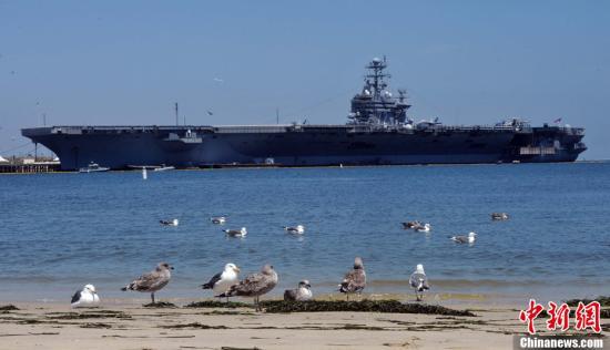当地时间7月28日,美国林肯号尼米兹级核动力航空母舰停靠在洛杉矶港,向民众开放参观,这是本月26日开始的美国海军周活动的一部分。长度333米的林肯号航空母舰1989年下水服役,舰载各种军用飞机90架。海军周期间,航空母舰上展示了舰载预警机、F18大黄蜂战斗机和军用直升机等先进装备。<a target='_blank' href='http://www.chinanews.com/'>中新社</a>发 毛建军 摄