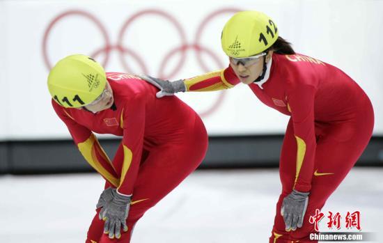 都灵时间2006年2月25日晚,中国选手王濛、杨扬在都灵帕拉维拉冰场举行的冬奥会短道速滑女子1000米比赛中夺得银牌、铜牌。<a target='_blank' href='http://qyyjs.com/'>中新社</a>发 武仲林 摄