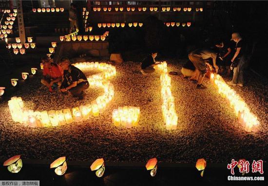 """当地时间8月11日,日本地震引发海啸灾难已经过去了整整5个月,由东京的商务人士组成的团体在灾区岩手,宫城,福岛三县11处举办名为""""LIGHT UP NIPPON""""的烟花燃放活动,追悼地震遇难者并祈愿重建工作顺利。"""