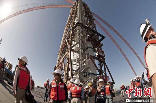 资料图片:正在兴建的美国旧金山海湾大桥东段,从上海远道而来的4块巨大钢板抵达旧金山,由上海振华重工承建的大桥钢材部份进入最后交付阶段。图为上海振华重工承建的单塔。<a target='_blank' href='http://www-chinanews-com.veenhub.com/'>中新社</a>发 陈钢 摄