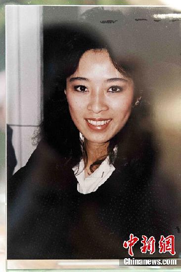 """资料图:在""""911""""恐怖袭击中献身的美国航空公司华裔空姐邓月薇留影。中新社发 陈钢 摄"""