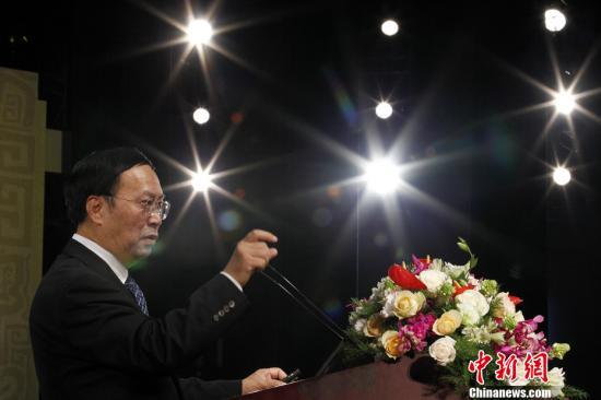 """9月17日,第六届世界华文传媒论坛在重庆开幕。来自世界近50个国家和地区的600余位华文媒体老总、中国国内媒体负责人、传媒专家等将围绕""""联谊・交流・合作・发展""""的宗旨,就""""国际话语体系中的海外华文媒体""""这一主题进行高层次对话。图为中国科学院财贸所所长高培勇做主题为""""中国'十二五'发展规划和经济形势""""报告。<a target='_blank' href='http://www.chinanews.com/'>中新社</a>发 富田 摄"""