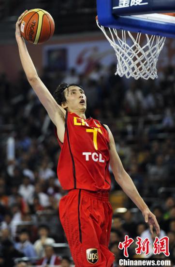 9月21日晚,2011男篮亚锦赛复赛进入尾声。中国男篮迎来F组最后一个对手日本队。最终男篮以84-58战胜对手,带着六连胜挺进入八强。替补上场的易立得到全队最高的19分。图为易立扣篮。<a target='_blank' href='http://www.chinanews.com/'>中新社</a>发 刘震 摄