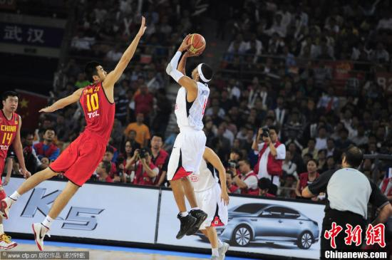 9月24日,武汉,2011男篮亚锦赛半决赛,中国56-43韩国。图为张兆旭防守。图片来源:CFP视觉中国
