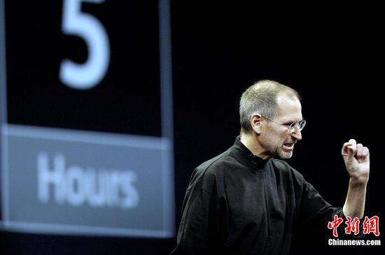 """当地时间10月5日,美国苹果公司宣布,该公司前首席执行官史蒂夫・乔布斯已去世,终年56岁。苹果公司官方网站发布消息说:""""苹果失去了一位富有远见和创造力的天才,世界失去了一个不可思议之人。""""苹果董事会发表声明,沉痛宣布并悼念乔布斯。图为乔布斯2008年发布新产品时的资料图片。<a target='_blank' href='http://www.chinanews.com/'>中新社</a>发 陈钢 摄"""