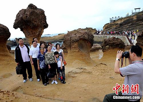 """""""十一""""长假期间,台湾野柳地质公园内蜂窝岩、豆腐岩、蕈状岩、姜状岩,风化窗等奇特岩层景观吸引众多大陆游客。中新社发 刘可耕 摄"""