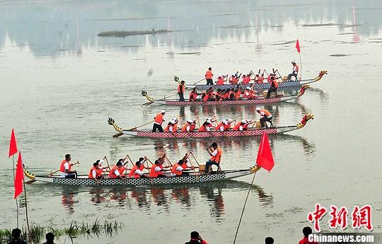 資料圖:灤河上的龍舟表演賽。中新社發 鄒憲 攝