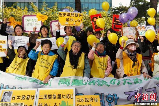 资料图:韩国民众就慰安妇问题在韩国首尔的日本驻韩大使馆门前抗议。