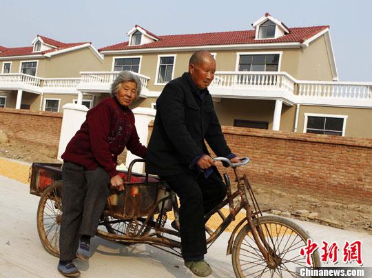 资料图 河南兰考城关乡盆窑村,一排排整齐、明亮的红瓦白墙新民居成了农村的一道亮丽风景。中新社发 王中举 摄