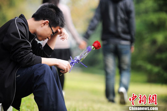 资料图:等待爱情的单身男子。<a target='_blank' href='http://www.chinanews.com/'>中新社</a>发 孟德龙 摄 CNSPHOTO
