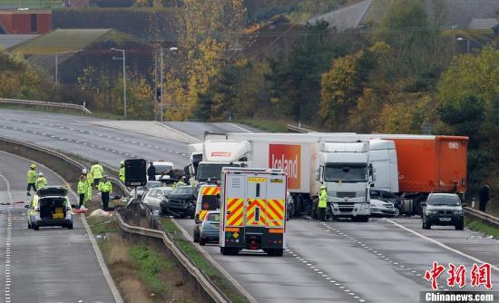 英国警方5日提供的最新消息说,4日晚间8时30分许发生在英国西南部M5高速公路上的一起严重车祸,已造成数人死亡,43人受伤。目击者称看到现场发生剧烈爆炸,燃起巨大火球。图为故事后警察和救援人员在现场。