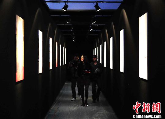 资料图:北京798艺术区,一名年轻女子走过某著名时尚品牌的主题展示区。<a target='_blank' href='http://www.chinanews.com/'>中新社</a>发 侯宇 摄