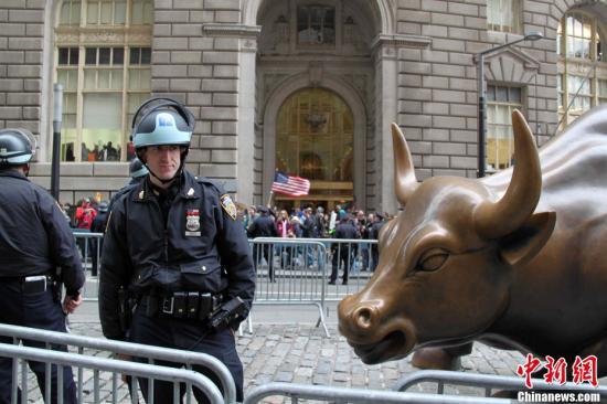 資料圖:美國華爾街著名標志銅牛雕塑。<a target='_blank' href='http://www.hongshengting.com/'>中新社</a>發 李洋 攝