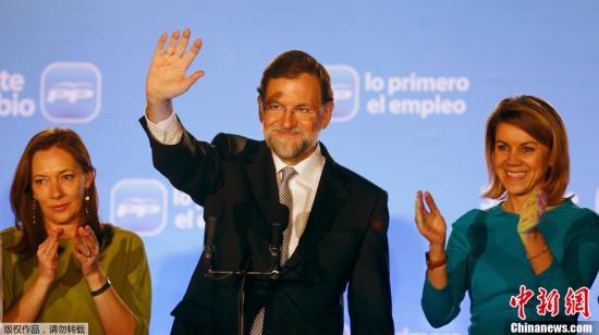 资料图:西班牙反对党人民党在20日举行的议会大选中获得压倒性胜利,人民党主席马里亚诺•拉霍伊当选下届政府首相。图为马里亚诺•拉霍伊(中)向支持者挥手致意。 拉霍伊当选首相之后将面临债务负担沉重、增长缓慢和失业率高的国民经济。他表示很清楚自己未来任务的艰巨性。拉霍伊告诉支持者,不要期待有奇迹出现,应对债务危机是4600万西班牙人的战争,全国上下必须团结起来赢回欧洲的信任。