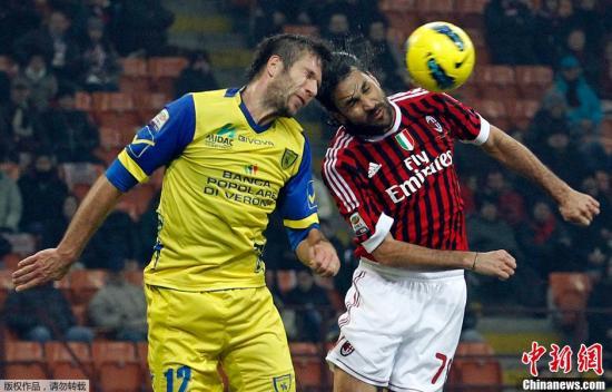 11月27日,在2011-2012赛季意大利足球甲级联赛第13轮的比赛中,AC米兰队主场以4比0战胜切沃队。图为AC米兰队球员耶佩斯(右)与切沃队球员策扎尔争顶。