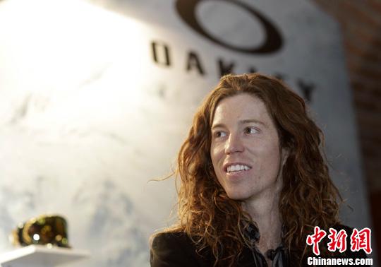 11月30日,单板滑雪巨星肖恩·怀特 Shaun White 在北京宣传沸雪大赛。Oakley与单板滑雪巨星肖恩·怀特共同呈现的沸雪Air&Style 2011当日正式登陆北京。中新社发 盛佳鹏 摄