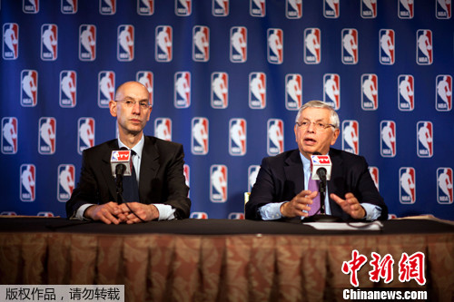 资料图:NBA曾多次因劳资纠纷停摆,其中很重要一方面就是球员收入占比。图为2011年12月8日,NBA召开新闻发布会,美国国家篮球协会总裁大卫・斯特恩(右)宣布NBA停摆正式结束。