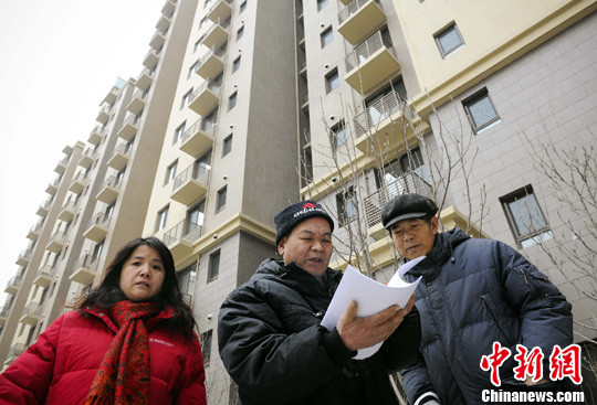 资料图:北京首个面向社会公开配租的公租房项目远洋沁山水公租房公开了样板间。图为摇到公租房的北京市民前来看房。中新社记者 刘震 摄