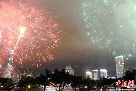 资料图:香港维多利亚港畔烟花绽放。中新社记者 任海霞 摄